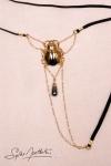String Scarab�e Sacr� - or - Un string bijou talisman o� niche un scarab�e d'Or, d�licatement pos� sur votre pubis.
