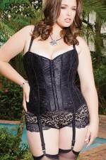 Corset Coquette (grande taille) - Corset traditionnel en satin noir scintillant recouvert d'une fine dentelle florale, pour femme ronde sexy et très féminine.