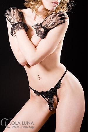 String ouvert PO noir - Une grappe de perles ondule d�licatement sur votre pubis nu, pagne de d�sir.