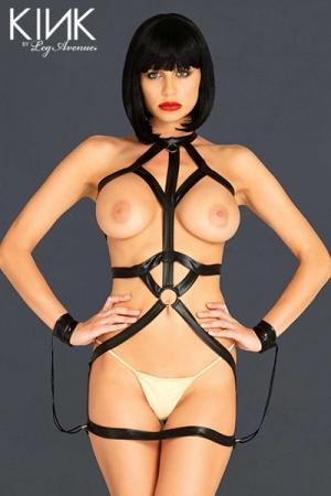 Robe Bondage Body Harness : Cette robe harnais et ses menottes, captivent pour mieux exhiber.