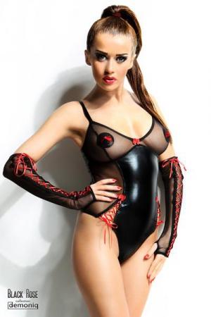 Body Hannah - Black Rose - Body sexy fetish en voile et wetlook, avec des incrustations de rubans lacés rouges et un petit noeud au creux du décolleté.