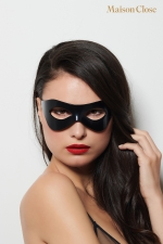 Masque l'inconnu - Maison Close : Magnifique loup rigide noir glossy avec logo maison Close  sur un côté pour vous afficher tout en restant anonyme.