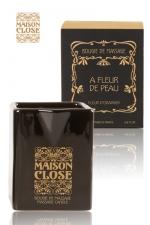 Bougie de massage Maison Close : Bougie de massage parfumée Maison Close avec pot en céramique et bec verseur.
