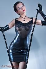 Robe Safia : Robe wetlook laqué dos nu et décolleté de résille, révélez la pin-up qui sommeille en vous.