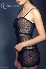 Robe dentelle Liane : Robe en dentelle transparente, avec bretelles amovibles pour jouer du décolleté, et un décolleté en V lacé dans le dos.