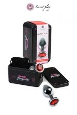 Plug métal S Rouge - Plug anal en métal de la marque espagnole Secret Play. D'une longueur de 7,5 cm et un diamètre de 2,5 cm sa forme est étudiée pour procurer d'intenses sensations. Il est décoré d'un strass rouge.