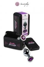 Plug métal M Violet - Plug anal en métal de la marque espagnole Secret Play. D'une longueur de 8,5 cm et un diamètre de 3,5 cm sa forme est étudiée pour procurer d'intenses sensations. Il est décoré d'un strass violet.